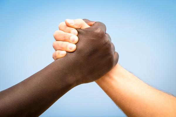 A democracia racial ainda não existe, mas deve ser buscada para que tenhamos uma sociedade justa.