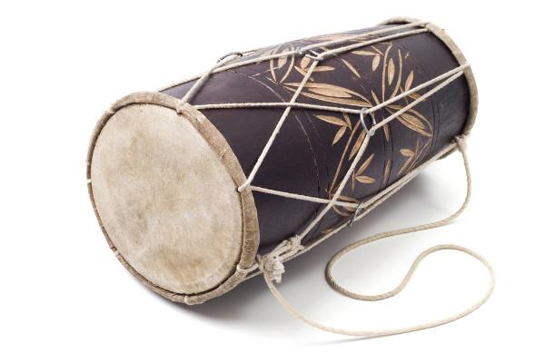 O atabaque é um instrumento muito utilizado em jogos de capoeira, cerimônias religiosas e em outros contextos.