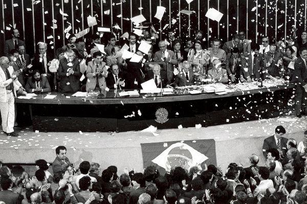 A promulgação da Constituição Cidadã aconteceu em 5 de outubro de 1988 e foi realizada por Ulysses Guimarães.[2]