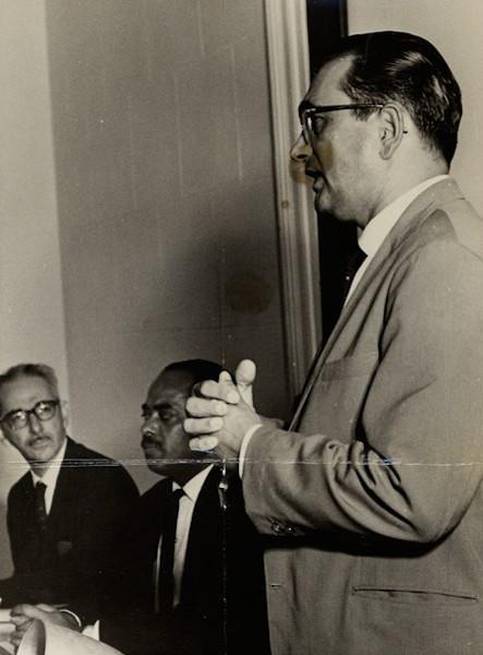 Florestan Fernandes (em pé), o grande sociólogo e antropólogo que denunciou a exclusão social e racial no Brasil. [1]