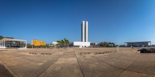 A Praça dos Três Poderes, em Brasília, é símbolo da República Brasileira por reunir a tríade dos poderes em nosso país: Executivo, Legislativo e Judiciário.