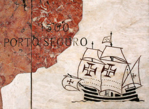 Os portugueses chegaram ao Brasil por meio da expedição de Cabral em 1500. Décadas depois implantaram as capitanias hereditárias.
