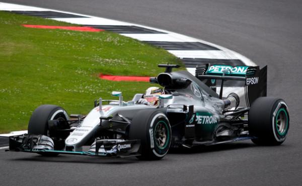 Hamilton guiando sua Mercedes em Silverstone, na Inglaterra, em 2017. [7]