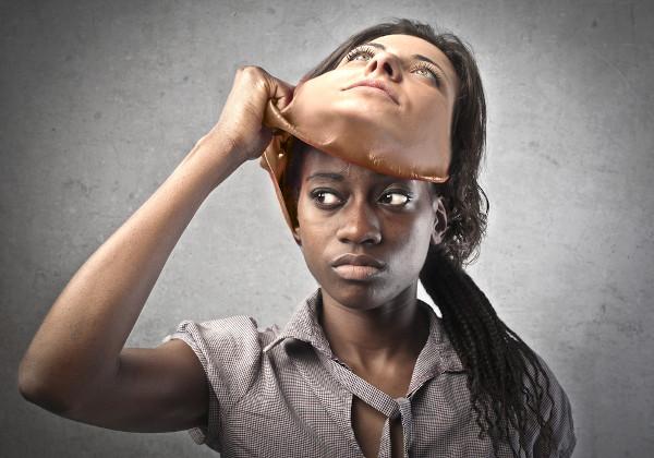 O racismo estrutural reforça uma ideia social e inconsciente de que a negritude é algo ruim.