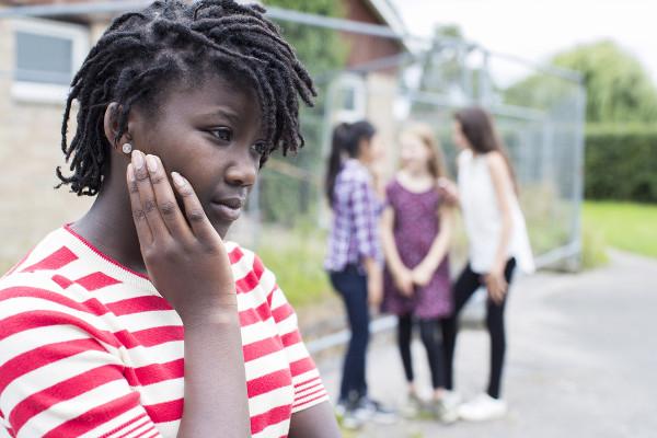 O racismo é uma das causas da xenofobia e pode gerar isolamento social.