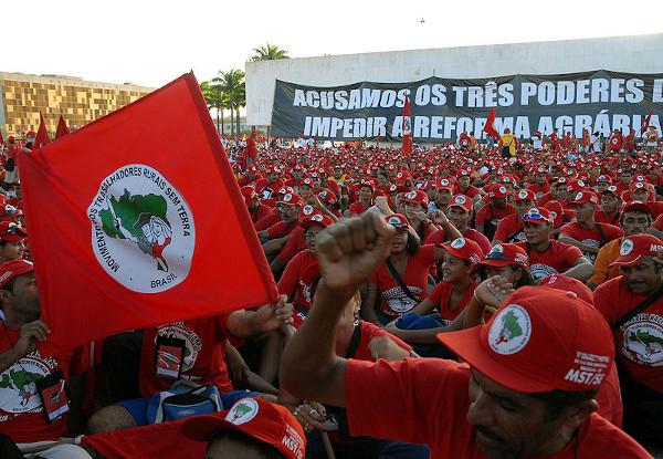 O MST é um forte movimento que luta pela reforma agrária no Brasil.