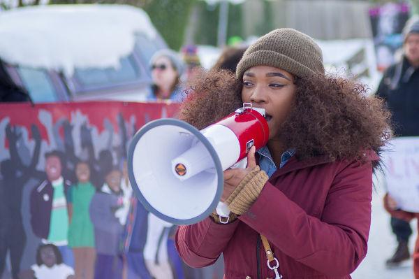 A desobediência civil defende a realização de ações de protesto não violentas visando a promoção de justiça social. [1]