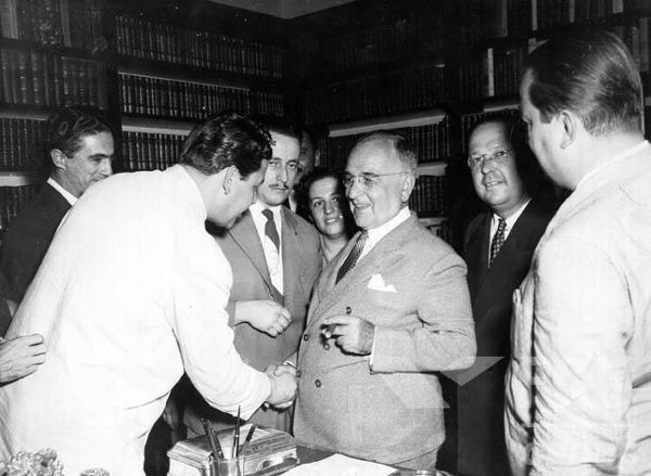 A partir da década de 1940, Getúlio Vargas passou a sofrer oposição por conta de seu governo autoritário. [1]
