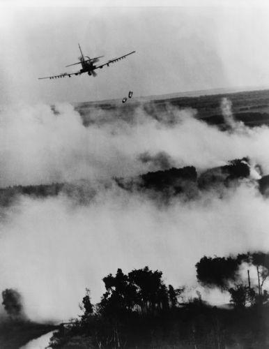 Aviões do Vietnã do Sul atacando posições ocupadas por vietcongues (comunistas do Vietnã do Sul) em 1967.