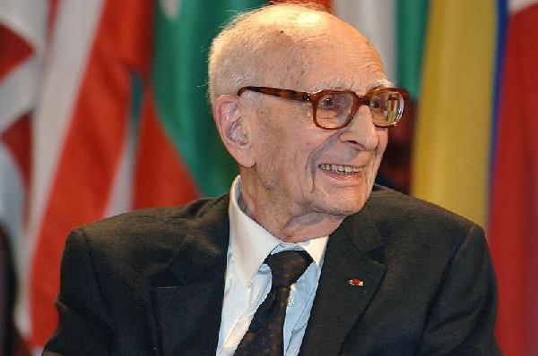 Claude Lévi-Strauss, o antropólogo belga que iniciou o estruturalismo na antropologia. [1]