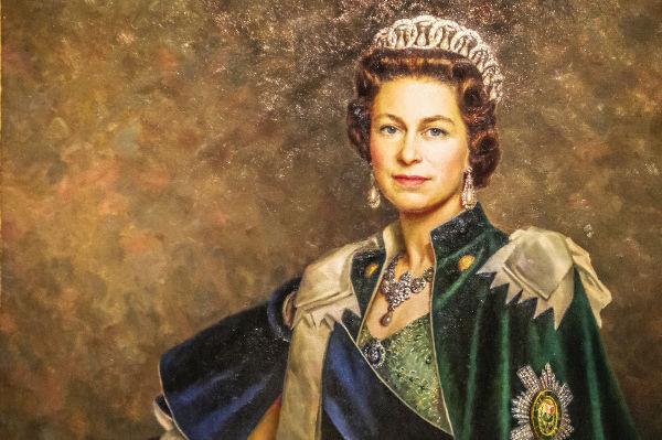 Elizabeth II é a filha mais velha de Jorge VI, rei do Reino Unido entre 1936 e 1952. Quando se tornou rainha, ela tinha 25 anos de idade.[1]