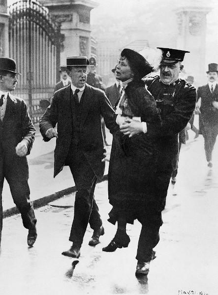 Emmeline Pankhurst (1858-1928) sendo presa quando tentava apresentar uma petição ao rei George V, em 1914, na porta do Palácio de Buckingham.
