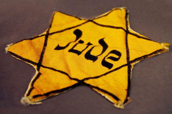Estrela amarela utilizada para identificação dos judeus [3]
