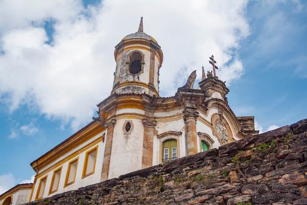 O catolicismo é a base das reflexões existenciais de Murilo Mendes.