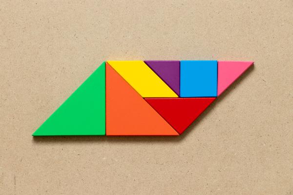 Grande paralelogramo formado por outras figuras geométricas.