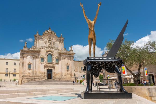Escultura de autoria de Salvador Dalí, situada em frente à Igreja de São Francisco de Assis, em Matera, Itália.[3]