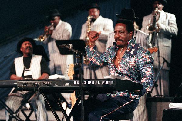 """Ike Turner ficou conhecido como um dos compositores de """"Rocket 88"""", considerada por muitos a primeira canção de rock da história.[2]"""