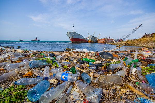 A falta de educação ambiental contribui para cenas como essa, de poluição fluvial.