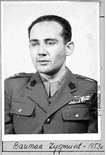 Zygmunt Bauman com o uniforme de major do Corpo de Segurança Interna, unidade militar especial polonesa (1953).