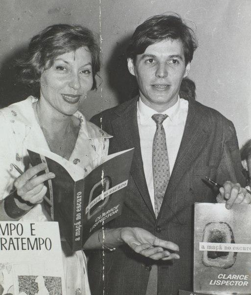 A escritora Clarice Lispector ao lado de Tom Jobim. [3]