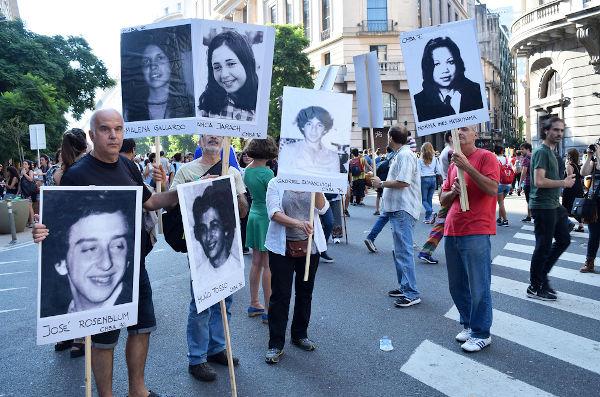 Até hoje, grupos da sociedade argentina realizam ações em homenagem aos mortos da sua ditadura.[3]