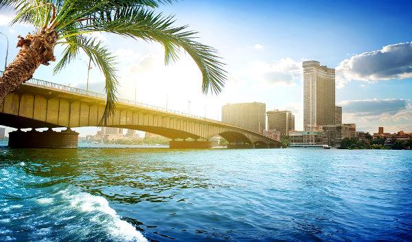 Ponte acima do Nilo entre Cairo e Gizé, no Egito.