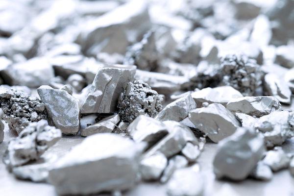 Metais como a prata, mostrada na figura, apresentam alta condutividade elétrica, por isso são chamados de condutores.