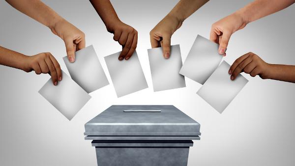 O sufrágio universal possibilita todos os cidadãos a participarem das eleições, podendo votar ou serem votados.