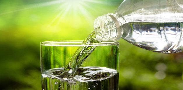Água sendo posta em copo