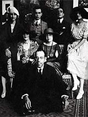 Mário de Andrade (sentado), Anita Malfatti (sentada, ao centro) e Zina Aita (à esquerda de Anita), em São Paulo, 1922.