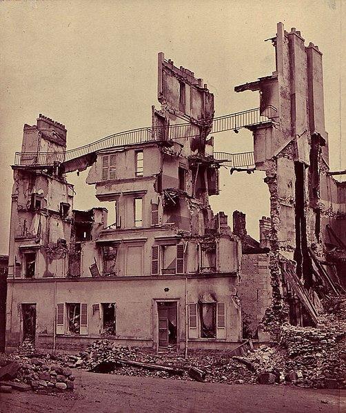 O confronto entre as tropas do governo francês e os integrantes da Comuna de Paris foi marcado pela violência e destruição.