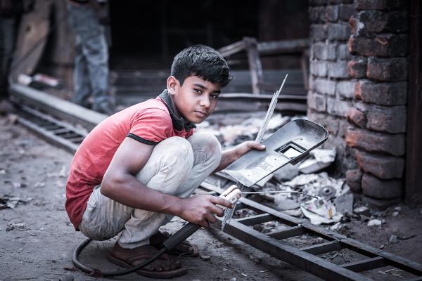 O trabalho infantil expõe as crianças e os adolescentes a danos físicos e psicológicos, além de roubar-lhes o direito à educação e à infância. [2]