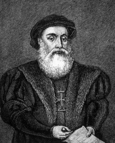 Vasco da Gama foi o primeiro português a concretizar uma rota marítima de Portugal até a Índia. Esse feito aconteceu em 1498.
