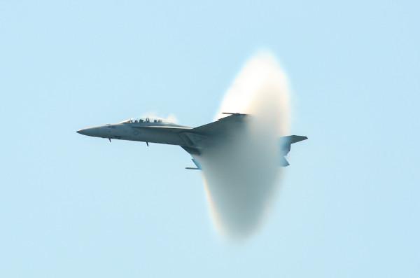 Na imagem, é possível visualizar o avião passando pela barreira do som.