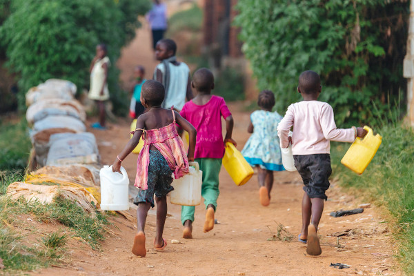 A falta de saneamento básico é um dos fatores de pobreza. Na foto, crianças buscando água em Uganda, África.