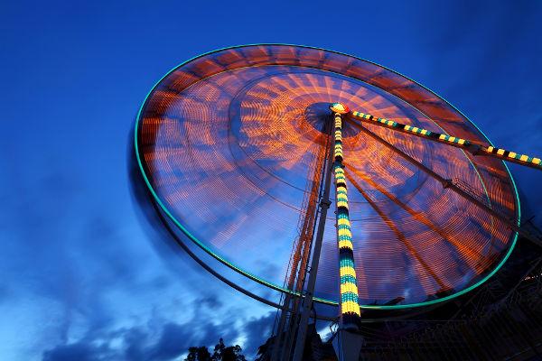O movimento circular uniformemente variado é caracterizado por uma aceleração angular.