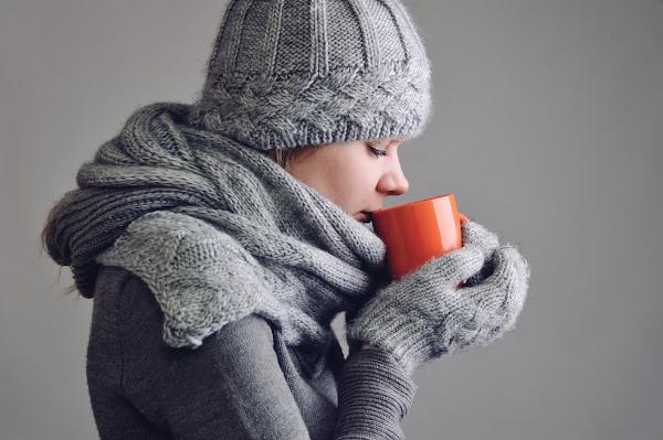 A ingestão de bebidas quentes e o aquecimento do corpo podem ajudar a reverter o quadro de hipotermia.