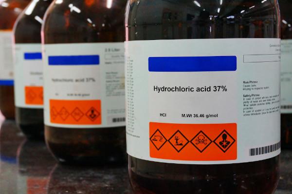 O ácido clorídrico é comercializado na concentração de 37% de massa.