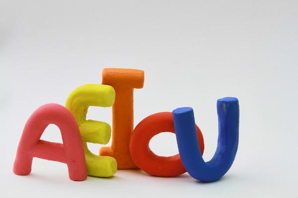 A assonância envolve a repetição de fonemas vocálicos.