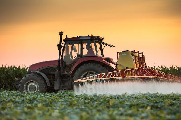 Máquina agrícola pulverizando agentes químicos. A tecnologia é uma das características da Revolução Verde.