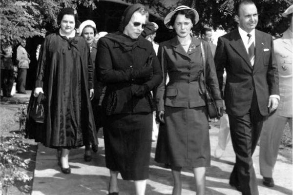 Bertha Lutz (usando óculos escuros) foi uma das grandes responsáveis pela conquista do voto feminino no Brasil.[1]