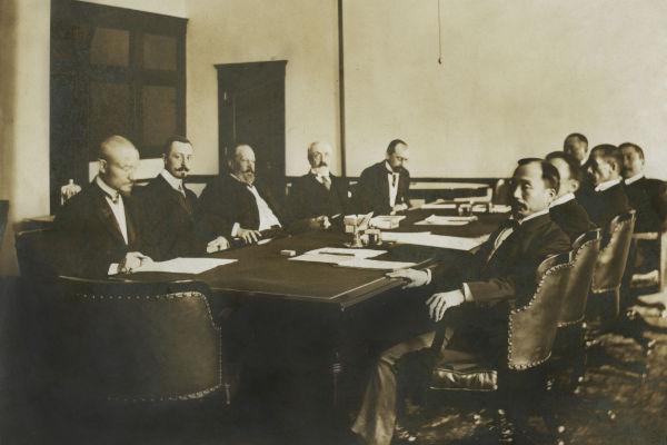 Encontro entre autoridades russas e japonesas para debater os termos do fim da Guerra Russo-Japonesa, em 1905.[1]