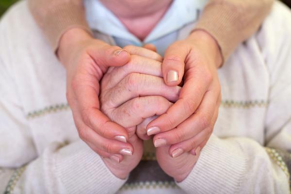 O Alzheimer acomete, principalmente, idosos, sendo necessária muita atenção no que diz respeito às mudanças de comportamento e memória nesse grupo.