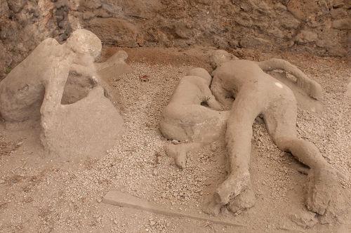 Alguns corpos petrificados da cidade Pompeia.