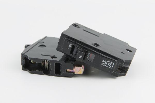 Assim como os fusíveis, os disjuntores também são dispositivos de segurança.