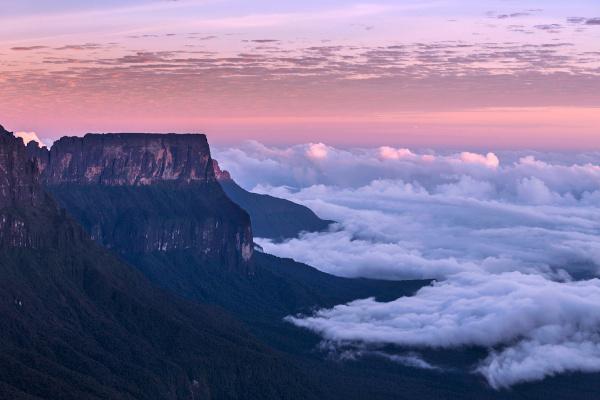 O monte Roraima, localizado na fronteira de Roraima com a Venezuela e a Guiana, é o ponto mais elevado do estado.