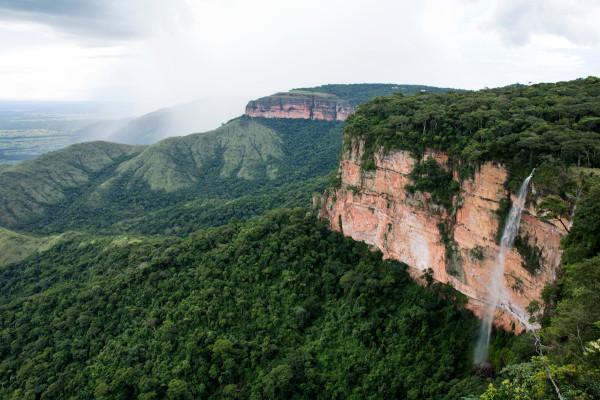 A chapada dos Guimarães é uma das formações características do relevo mato-grossense. Suas belas paisagens são um grande atrativo turístico do estado.