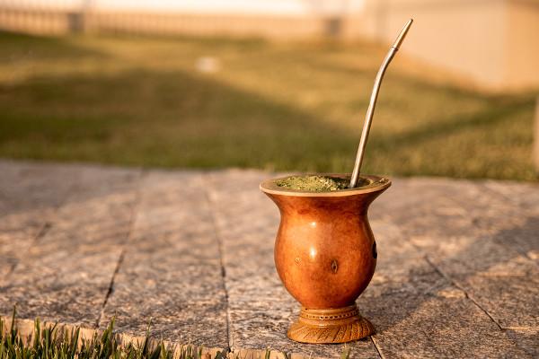 O chimarrão é uma bebida típica do Rio Grande do Sul.