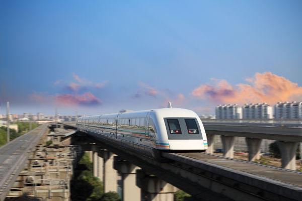 Os trens maglev conseguem desenvolver velocidades de até 600 km/h sem tocar no chão.