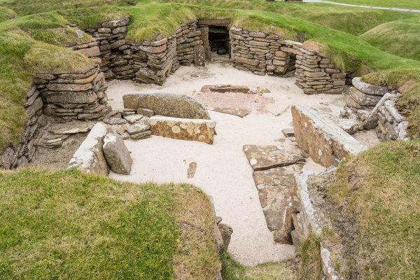 Ao se tornarem sedentários, ou seja, morar em um único lugar, os hominídeos começaram a construir suas primeiras moradias.